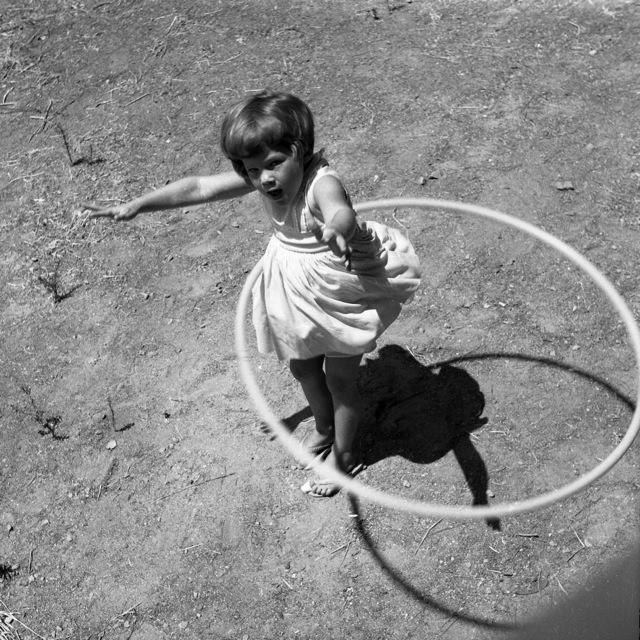 В 1958 году, когда было налажено массовое производство хулахупов, мода охватила весь мир. /Фото: George Garrigues